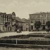 Widok na rynek główny i pomnik wojenny ku czci poległych.