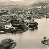 Rok 1930. Widok miasta z lotu ptaka: Kościół ewangelicki, Ratusz, wieża ciśnień, wyspa na jeziorze Kalwa.