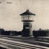 Widok na dawny dworzec kolejowy i wieżę ciśnień.