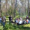 Sadzenie drzew przez uczniów Szkoły Podstawowej w Olszynach